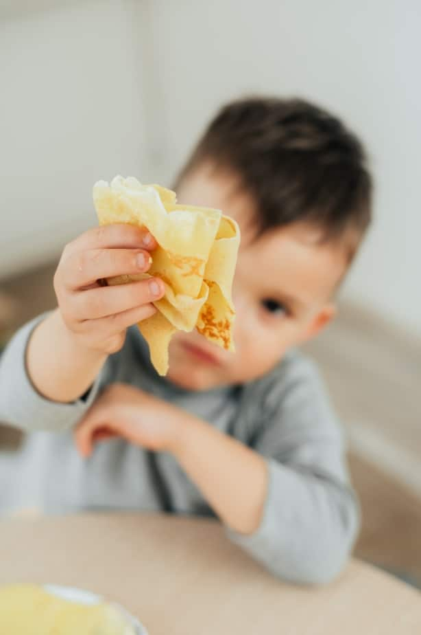 enfant qui mange des crêpes