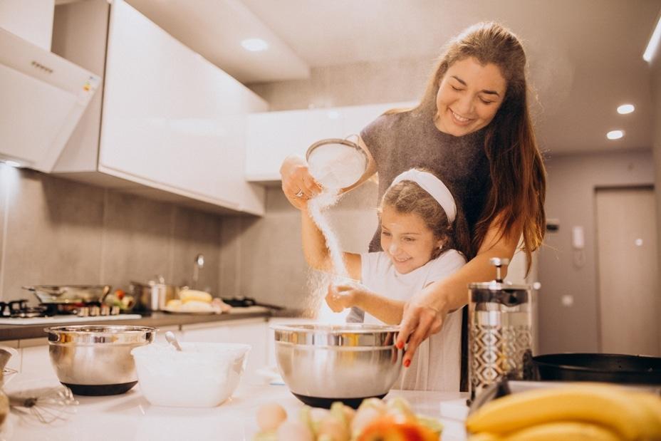fille et sa maman font la cuisine