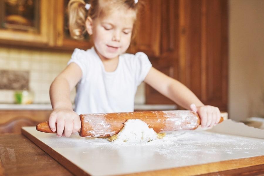 petite fille qui cuisine